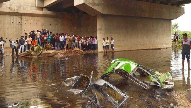 Autobús cae de un puente al agua en India: al menos 29 muertos