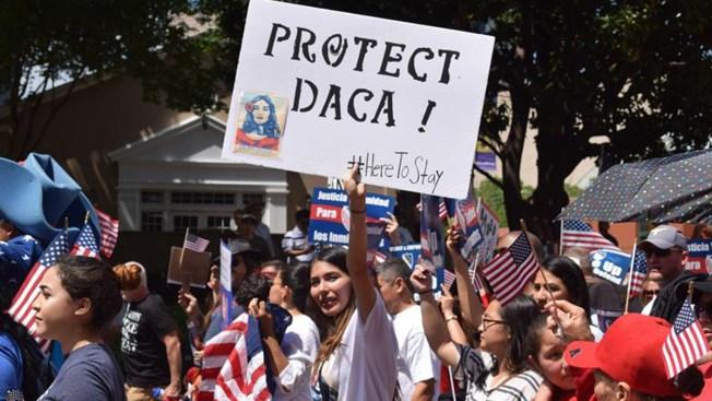 Gobierno federal reanuda renovaciones de DACA