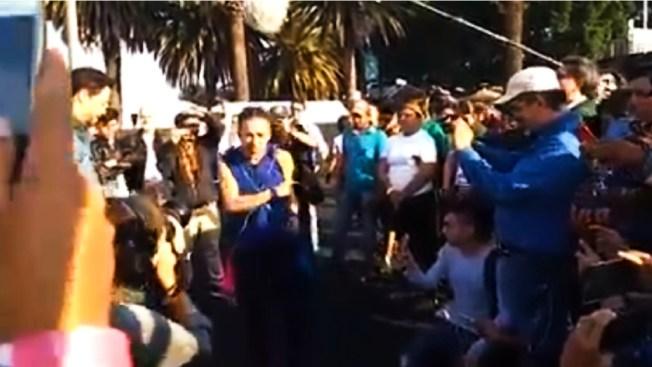 Café Tacvba visita a la caravana de migrantes