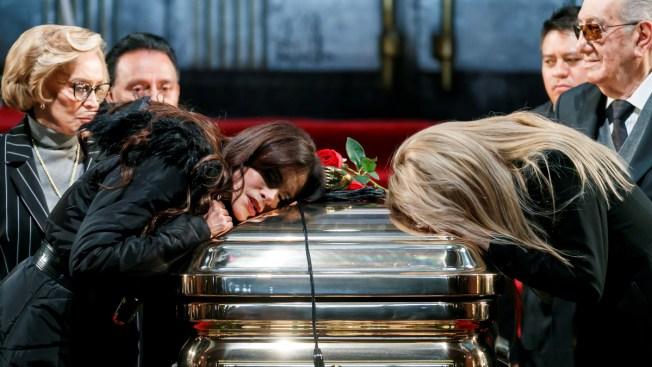 Termina el sepelio de José José, pero el homenaje sigue