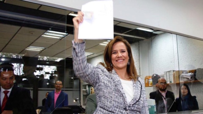 Exprimera dama se anota como aspirante presidencial