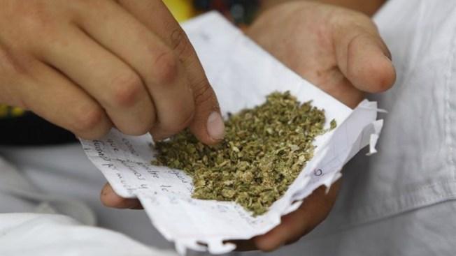 Niña muestra marihuana a policía, madre termina acusada