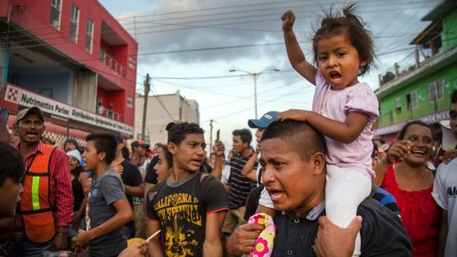 Gobierno entrega visas de paso a caravana de migrantes