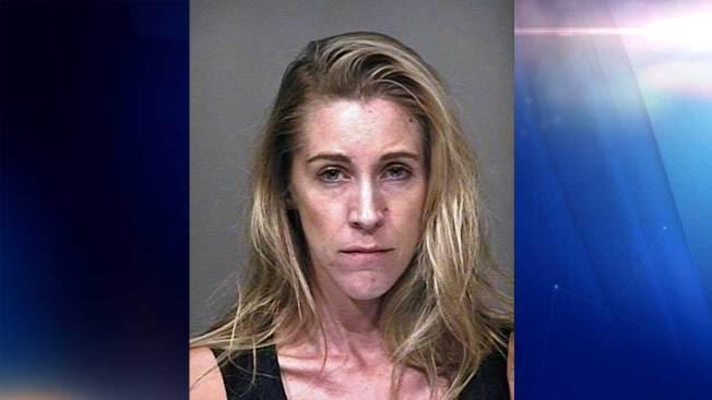 Detenida tras cometer escena sexual ante menores