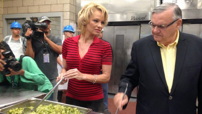 Pamela Anderson visita cárcel de Maricopa