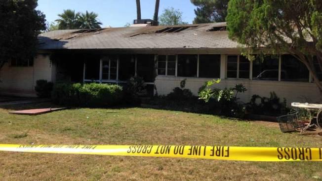 Vecinos rescatan a pareja durante fuerte incendio