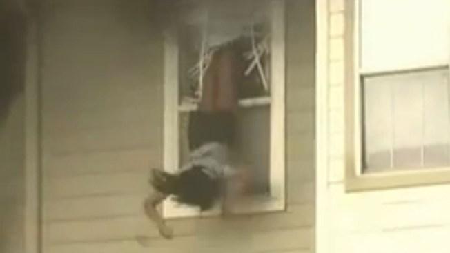 Saltan de segundo piso para huir de incendio