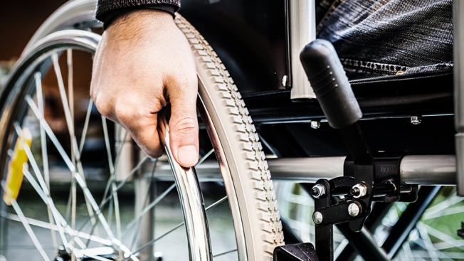 ¡Roba banco en silla de ruedas y huye!