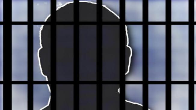 Arrestan a médico por tener sexo con menor