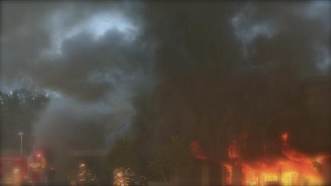 Incendio destruye varios negocios