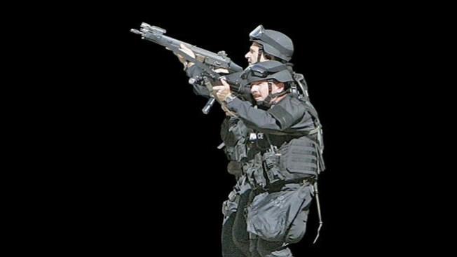 SWAT busca droga en casa