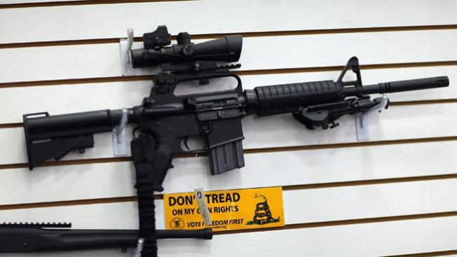 Sospechoso roba tres rifles de asalto