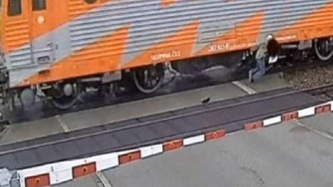 A punto de morir aplastado por un tren