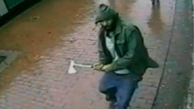 Ataca policías a hachazos en Queens