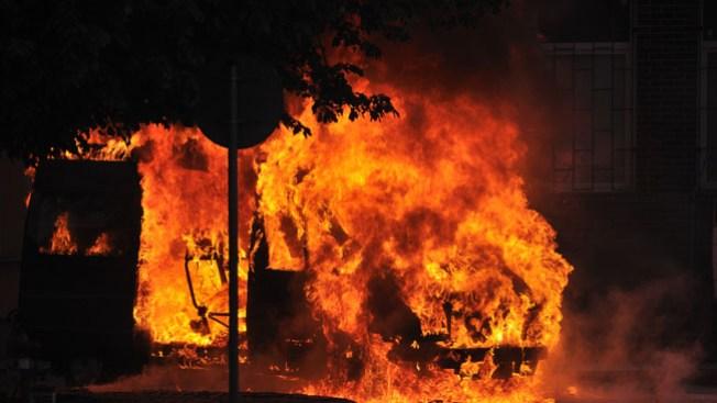 Auto se prende en llamas