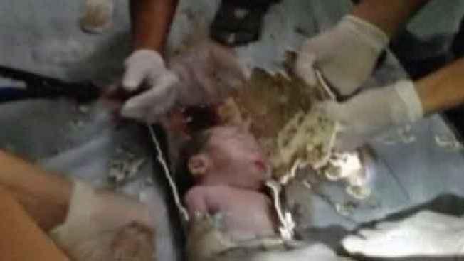 Rescatan a bebé de una tubería