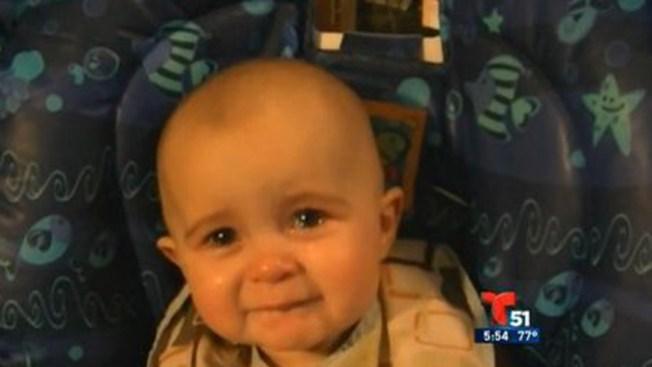 Bebé escucha canción y se emociona