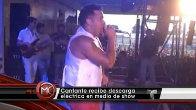 Cantante se electrocuta durante show