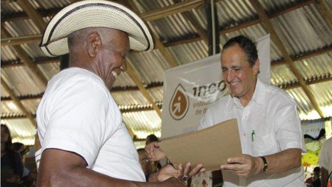 Colombianos recuperan tierras