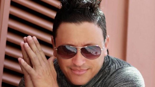 Elvis Crespo vuelve a las andadas