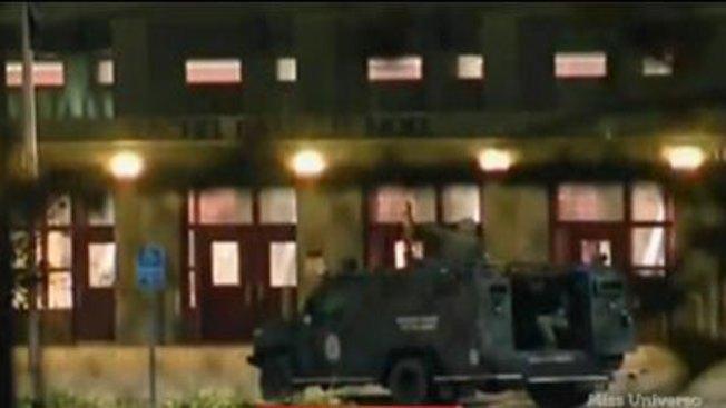 Dos jóvenes entran en escuela con fusiles