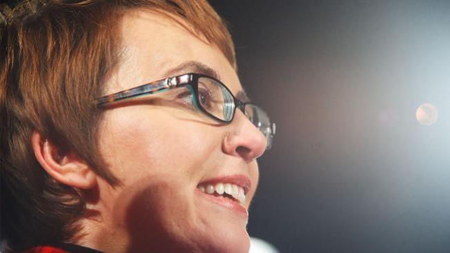 Gabrielle Giffords promete regresar