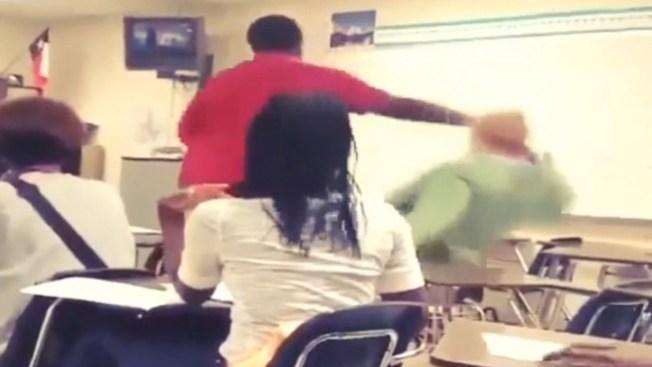 Brutal golpiza a maestra por celular