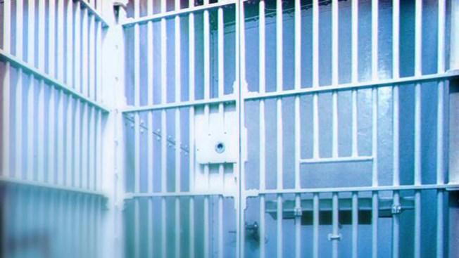 Violan y apuñalan a maestra en la cárcel