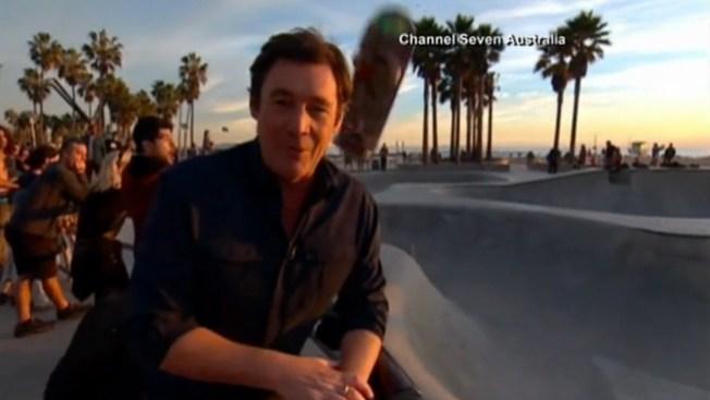 Video: Reportero recibe tremendo golpe