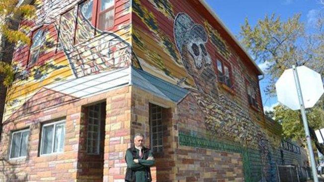 Artista convierte su casa en mural