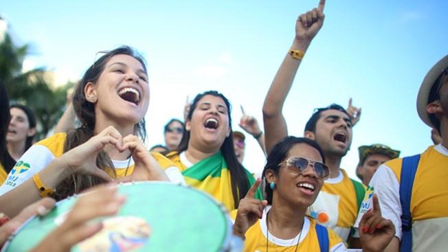 Jóvenes en Brasil celebran al Papa
