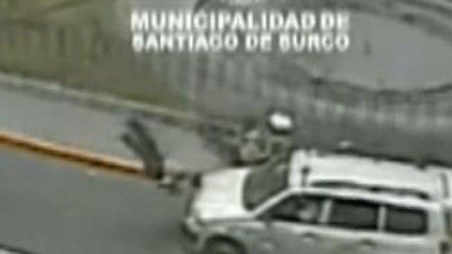 Policías saltan por los aires tras choque