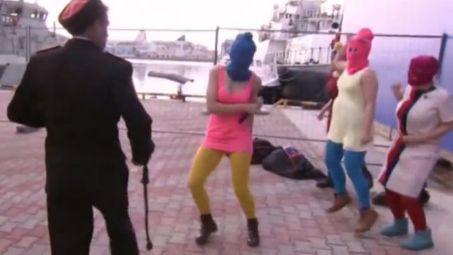 Golpean con látigo a Pussy Riot