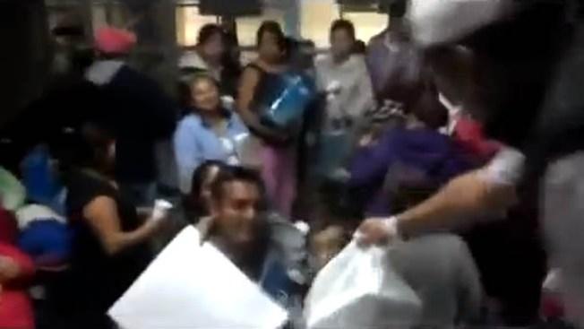 Presuntos narcos dan regalos y dinero