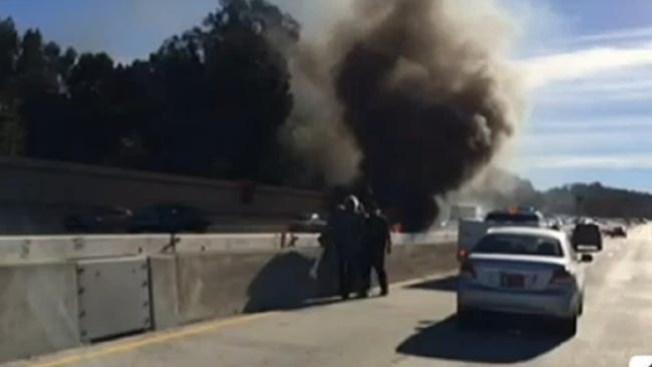 Rescatan a anciano de un auto en llamas