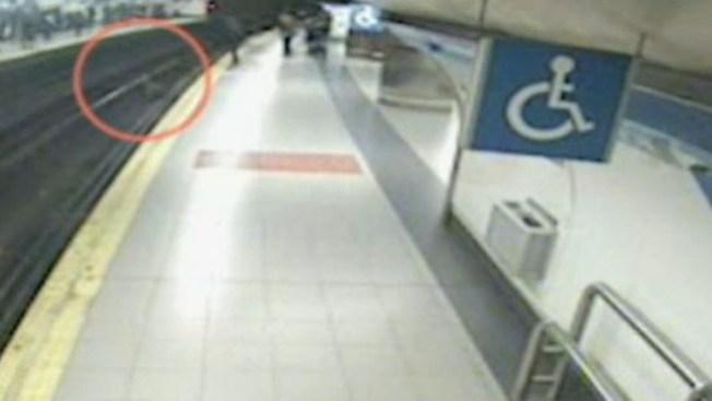 Milagroso rescate en las vías del metro
