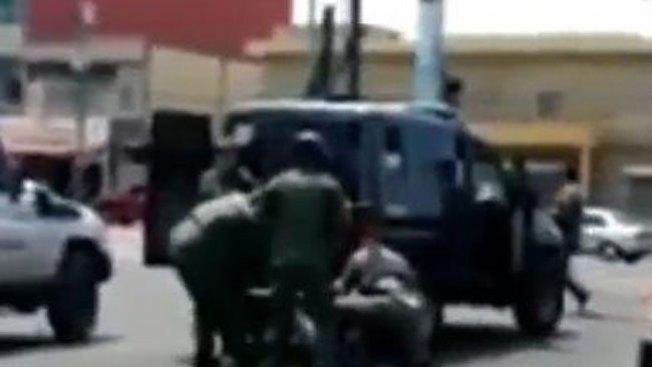 Policía venezolana da paliza a mujer