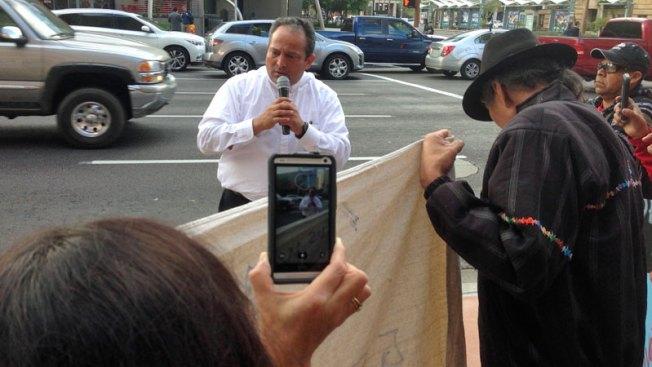 Padre Goyo llega con protestas a Phoenix