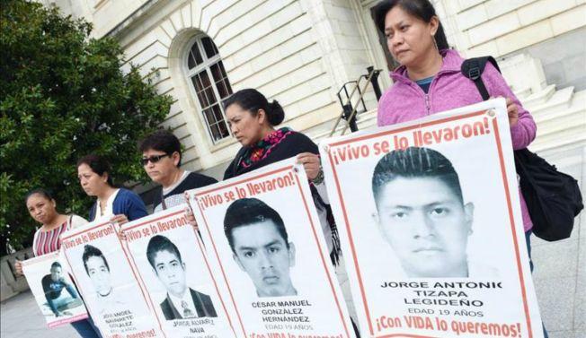 Madres de Ayotzinapa van al Congreso de EE.UU