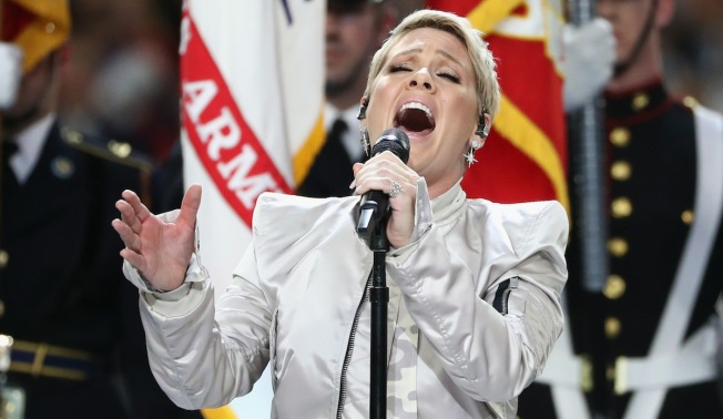 ¿Con gripe? Pink canta Himno Nacional en el Super Bowl