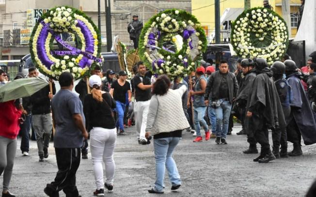 Entre aplausos sepultan a presunto líder del narco