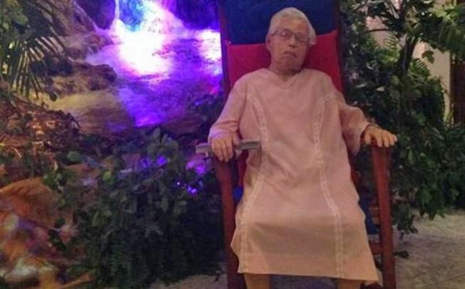 P. Rico: Velan a anciana en mecedora
