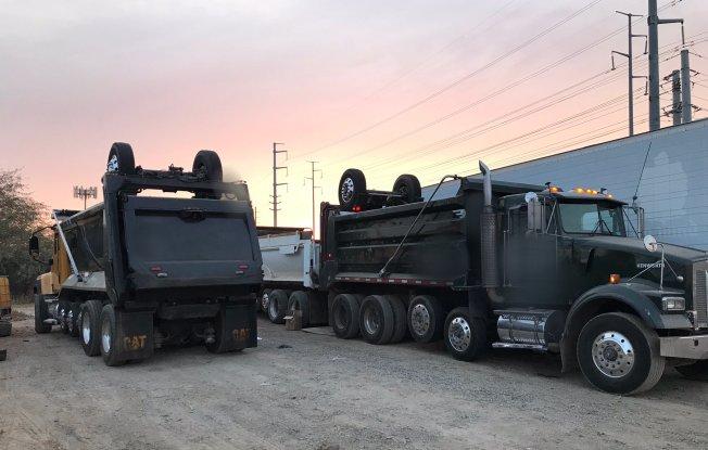 Hombre hispano muere aplastado entre camiones