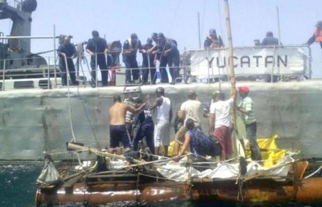 México rescata a cubanos en balsa a la deriva