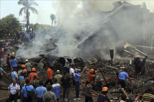 Mueren 74 al estrellarse avión en Indonesia