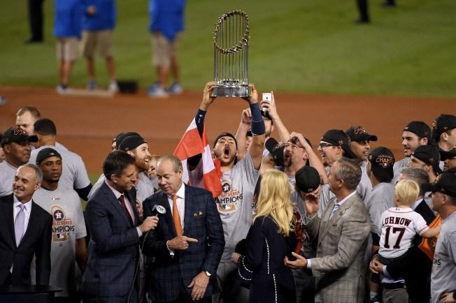 Jugador de los Astros hace emocional petición de matrimonio tras ganar Serie Mundial