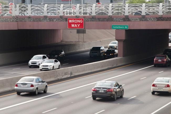 Instalan letreros para frenar a conductores en contravía