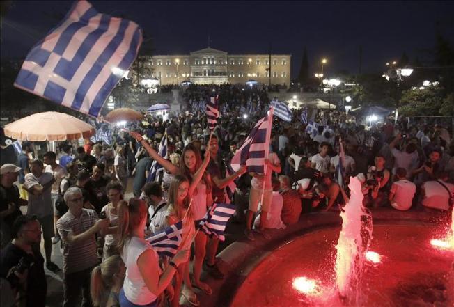 Griegos celebran el rotundo 'no' al referendo
