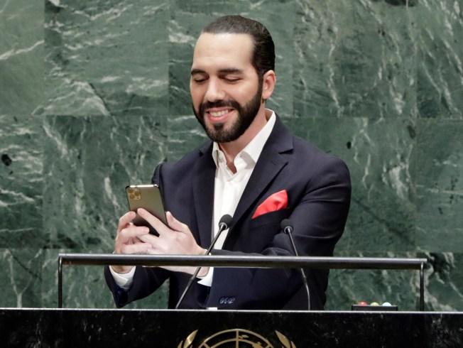 Presidente salvadoreño se saca una selfie al hablar ante ONU