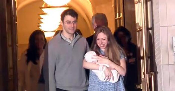 Chelsea Clinton y su bebé salen del hospital